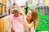 Mother and daugher in supermarket — Stockfoto