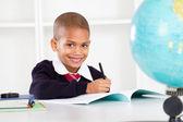Gelukkig basisschool jongen in klas — Stockfoto