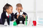 Grundschule Kinder in Science-Klasse — Stockfoto