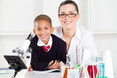 Elementary science teacher and student — Fotografia Stock