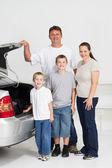 счастливая семья готова для веселья поездки дороге — Стоковое фото