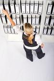 Jeune femme d'affaires, recherche de fichiers — Photo
