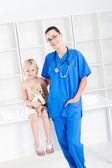 看護師と小さな女の子患者 — ストック写真