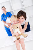 Mother and little girl in doctor's office — Stock Photo