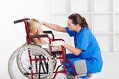 Zorgzame medische werknemer troostend beetje geduld — Stockfoto