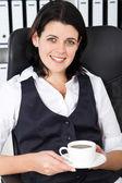 Boire un café au bureau de femme d'affaires — Photo