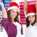 mutlu anne ve kızı ile Noel alışveriş torbaları — Stok fotoğraf #11308074