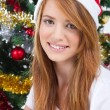 Beautiful teen girl in front of a Christmas tree - Foto Stock