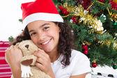 Счастливый милая маленькая девочка с представляет — Стоковое фото
