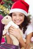 Glad söt liten flicka med presenterar — Stockfoto
