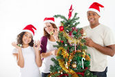 Felice famiglia multirazziale decorare l'albero di natale — Foto Stock