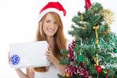 подросток девушка держит рождественский подарок — Стоковое фото