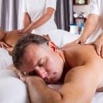 muž a žena mají masáž — Stock fotografie