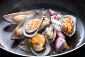 Fry mussel and onion in frying pan — Stock Photo