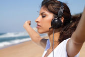 Young woman enjoying music outdoors — Stock Photo