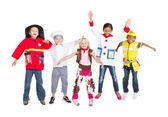 Grupy dzieci w strojach skaczący w górze — Zdjęcie stockowe