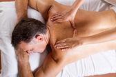 średniej wieku człowiek o masaż pleców — Zdjęcie stockowe