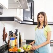 Young woman chopping vegetables — Stockfoto