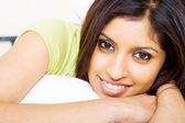 Mooie jonge indiase vrouw liggend op bed — Stockfoto