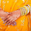 Indian wedding bride hands with henna — Stockfoto