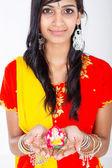Indisk kvinna med en religiös staty — Stockfoto