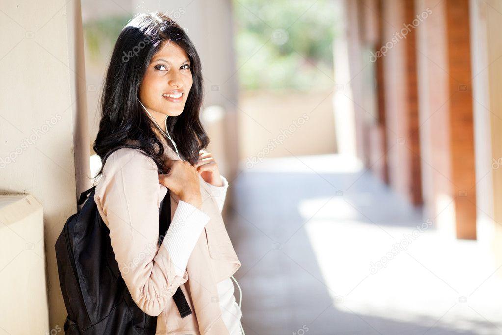 美丽的女印度大学生学生肖像的走廊