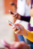 Akıllı telefon kullanan genç grup — Stok fotoğraf