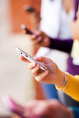 Grupo de jovens usando telefone inteligente — Foto Stock