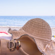 Sunhat and handbag on a beach — Stock Photo