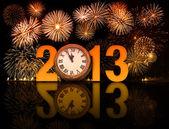 2013 año con fuegos artificiales y reloj mostrando 5 minutos antes de m — Foto de Stock