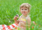 Menina comer gelado ao ar livre — Foto Stock