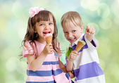 Children with icecream cone outdoor — Stock Photo