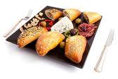 Selectie van gevulde mushroom pate, blauwe kaas en pastrami — Stockfoto