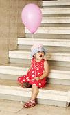 Jeune fille au chapeau contre le mur — Photo