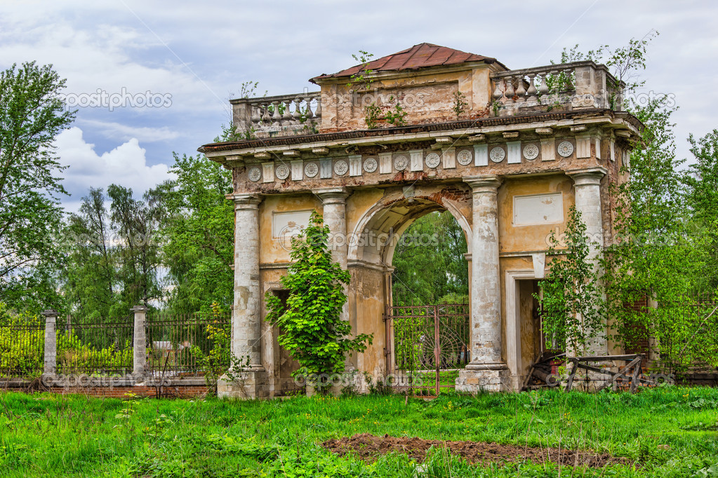 Ancient arch in an abandoned mansion not far from Moscow — Stock Photo #10736106