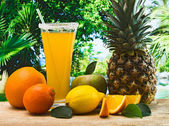 Jus d'orange dans un verre sur une table — Photo