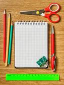 Ainda vida de material de escritório com um notebook — Foto Stock