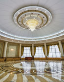 Interior of the columned hall with a chandelier — Stock Photo