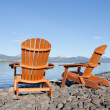 Wooden deckchairs overlooking scenic Lake Laberge — Foto de Stock