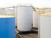 Groep van grote stalen opslagtanks bij raffinaderij — Stockfoto