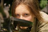 Mädchen mit maschinengewehr — Stockfoto