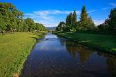 река на голубое небо — Стоковое фото