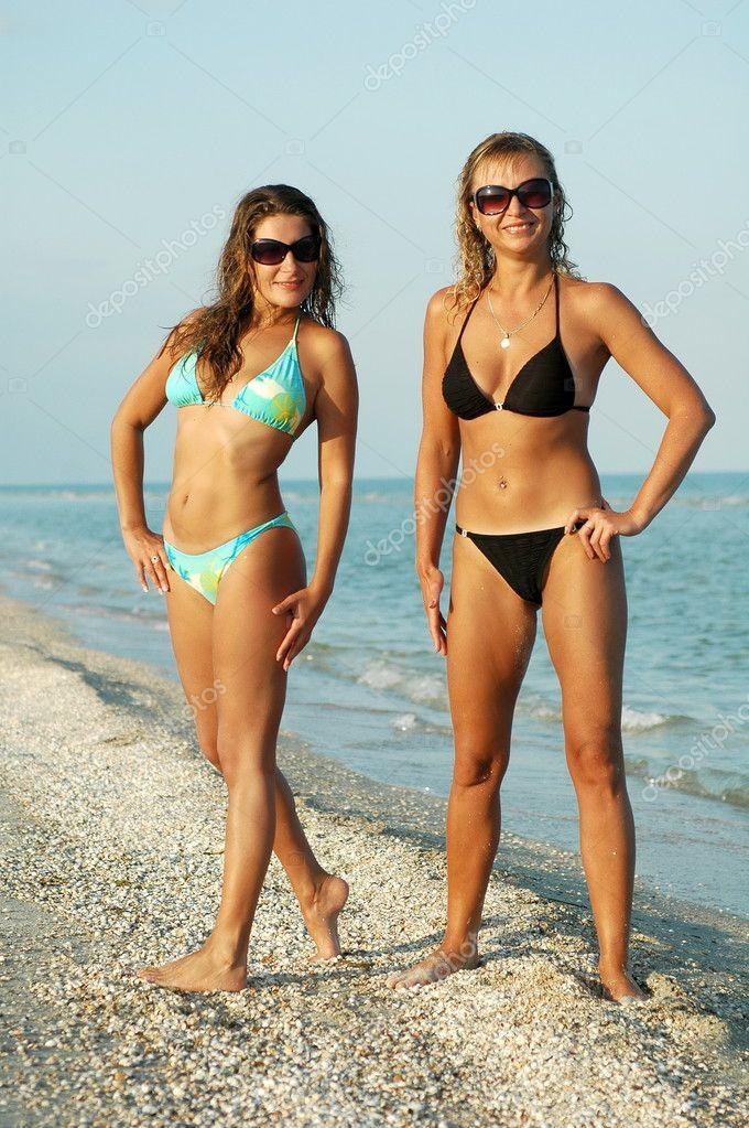Dos chicas posan desnudas