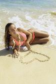 Hermosa chica en la playa en hawaii — Foto de Stock