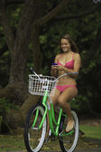 Dziewczyna jazda jej podczas wiadomości tekstowych — Zdjęcie stockowe