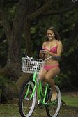 Flicka rider henne medan textmeddelanden — Stockfoto