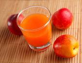 在玻璃和桃子的鲜榨果汁 — 图库照片