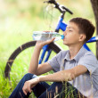 The cyclist in the park drinking clean water — Stock Photo