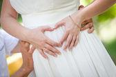 Manos en forma de corazón. novio a novia abrazándose — Foto de Stock