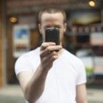 Erkekler smartphone ile sokak fotoğrafçılığı üzerine — Stok fotoğraf